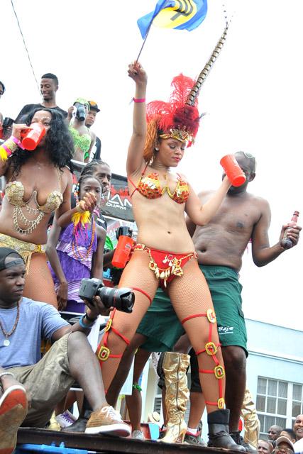 Rihanna-Carnival-Garticle_3
